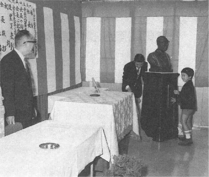 創立30周年記念式典での胸像の除幕式